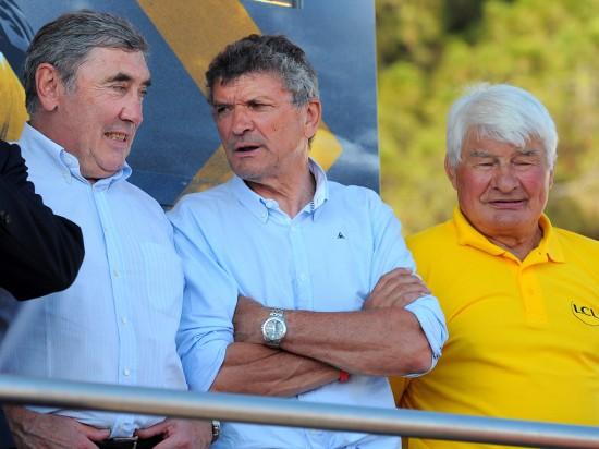 GAMLE HELTER: Eddy Merckx og Raymond Poulidor (i gult). Foto: Tim De Waele