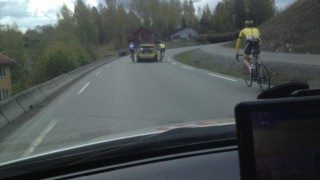 <b>STRAFFET:</b> Her henger Thomas Nesset Brahushi og en rytter fra Ottestad Sykkel på følgebilen. Foto: Jahn Robin Nilsen, Asker CK.