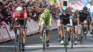 <b>UBERØRT AV BOMBEOPPSLAG:</b> Ikke på noe punkt, skal irske myndigheter ha vurdert å stanse søndages Giro d`Italia-etappe. Det er heller ikke mye som tyder på at bilbomben hadde noe med det italienske etapperittet å gjøre. FOTO: EPA/Luca Zennaro