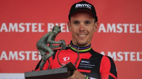 <b>SEIERSVANT:</b> Philippe Gilbert vant Amstel Gold Race for tredje gang i dag, i den samme løypa han også vant VM-gull i. Her er han med trofeet etter dagens seier.<br>Foto: AP /Peter Dejong/ NTB Scanpix
