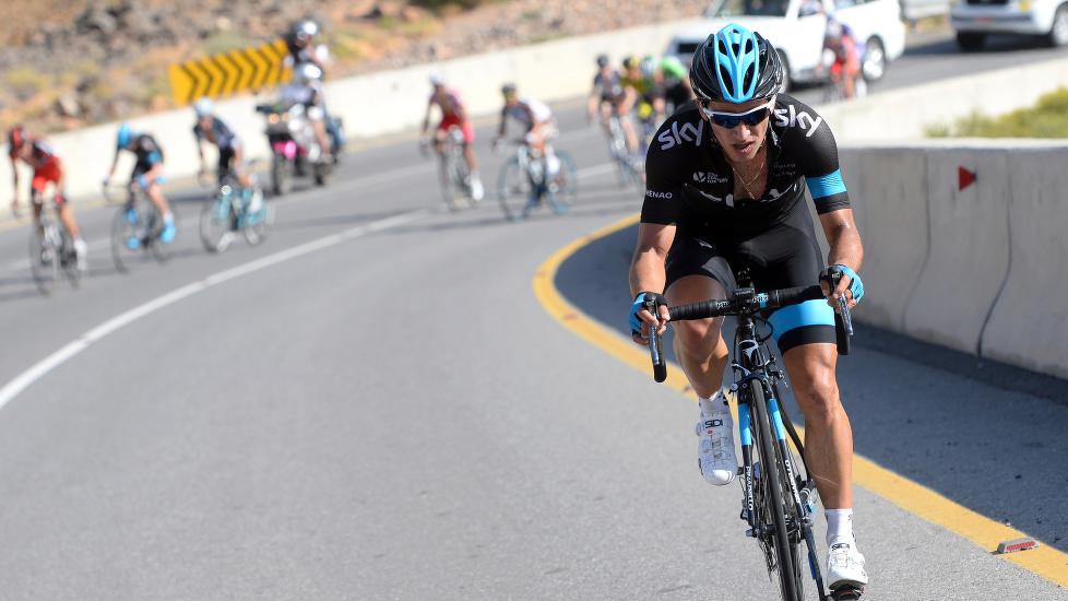 PÅKJØRT: Den colombianske klatreren Sergio Henao ble påkjørt av en bil i Sveits fredag. Det gjør at Tour de France glipper. Foto: Tim De Waele/©TDWSport.com
