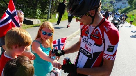 LOVTE ANGREP OG INNFRIDDE: Sven Erik Bystrøm gikk hardt til på åpningsetappen i Tour des Fjords. Den sterke haugesunderen gav også en håndsrekning til sin faste treningspartner, Alexander Kristoff. (foto: procycling.no)