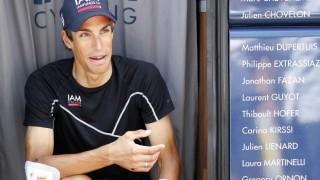 FORSLÅTT: Reto Hollenstein (29) var tilbake i lagbussen dagen etter skrekkvelten som sendte ham ut av Tour de France. Sveitseren punkterte lunga da han skulle forsøke å stikke fra hovedfeltet på tirsdagens etappe. Foto: EPA/YOAN VALAT