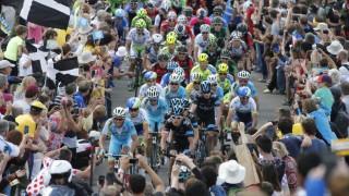 MAGISK FARLIG: Stemningen rundt Tour de France-løypa i Storbritannia er fantastisk, men trengselen skaper også farlige situasjoner. Foto: REUTERS/Jean-Paul Pelissier