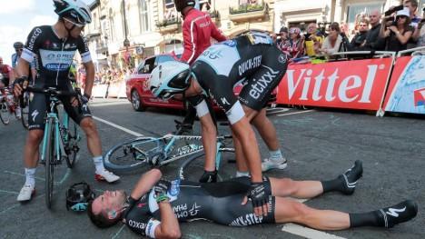 KNUST DRØM: Mark Cavendish tok telling etter å ha forårsaket en velt i massespurten på den første etappen. Foto: EPA/FRED MONS / POOL