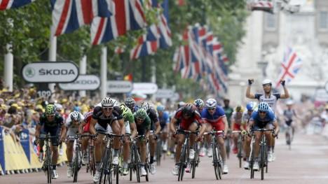 <b>FOLLOW THE LEADER!</b> Marcel Kittel var på ny ustoppelig da Tour de France inntok Londons gater. Ute til venstre kan du skimte drakten til Alexaner Kristoff. FOTO: EPA/Kim Ludbrook