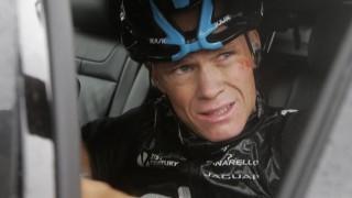 <b> FAVORITT UTE </b>: Chris Froome må bryte Tour de France etter å ha veltet. Foto: AP Photo / Laurent Cipriani / NTB Scanpix