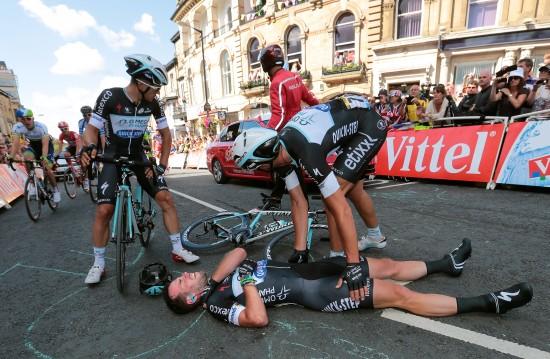 KRASJ: Hjemmehelten Cavendish krasjet ut av rittet på etappe 1. Foto: Tim De Waele/TDWSPORT.COM.
