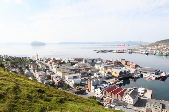 VERDENS NORDLIGSTE: Hammerfest fra utkikksposten, Salen. Dette er verdens nordligste by. Foto: Kjetil R. Anda / procycling.no