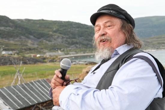KOMMENTATOR: Valenius Hildonen-Nilsen vet kanskje ikke så mye om sykkel, men fra Sjøsamisk tun skal han kommentere når rytterne dundrer forbi. Foto: Kjetil R. Anda / procycling.no