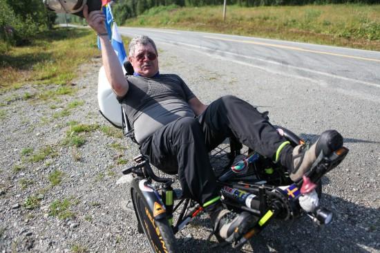 BONJOUR: Thomas Rudolf fra Finland har syklet den tredje etappen motsatt vei. Den er knalltøff, mener den sjarmerende 60-åringen. Foto: Kjetil R. Anda