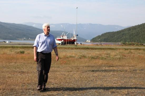 SER MOT TOPPEN: Frank Pedersen i Kvænangen ser mot toppen og gleder seg til å vise verden hva kommunen har å by på. Foto: Kjetil R. Anda / procycling.no