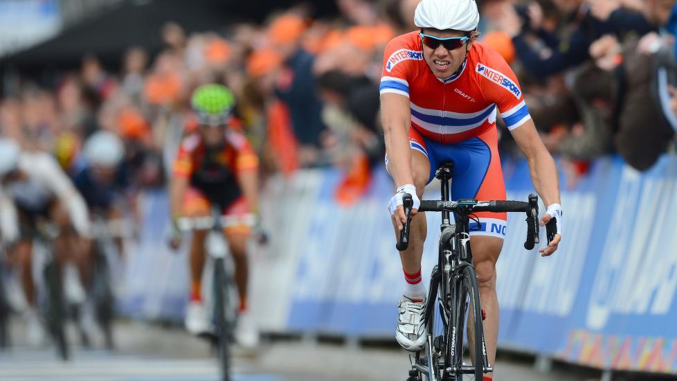 PÅ HJEMMEBANE: Edvald Boasson Hagen vant sølv bak Philippe Gilbert på fellesstarten i 2012-VM .  AFP PHOTO / FRANCK FIFE