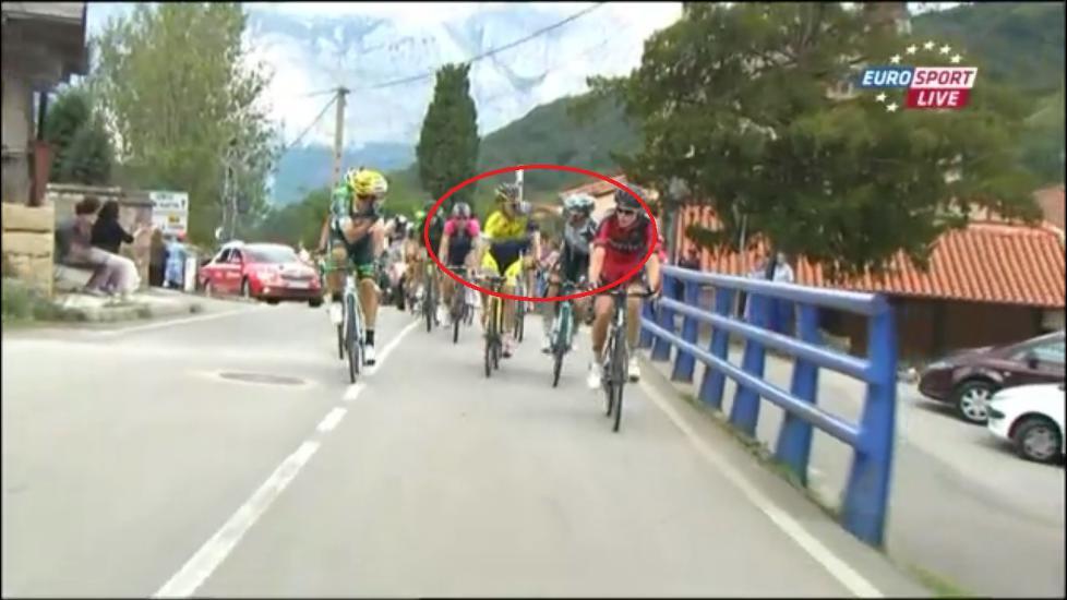 SLO LØS: Ivan Rovny og Gianluca Brambilla røk i tottene på hverandre på den 16. etappen i Vuelta a España. Foto: Skjerdump med tillatelse fra Eurosport.