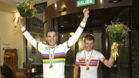 HELTER: Det var til stor jubel fra den norske troppen Sven Erik Bystrøm og Kristoffer Skjerping ankom hotellet i Astorga etter medaljefangsten i VM. Foto: Vidar Ruud, NTB scanpix
