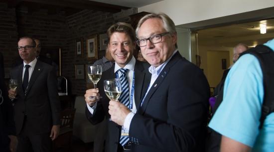 SKÅL: Erik Kubon Halvorsen og Harald Tiedemann Hansen skålet for VM i Norge om tre år. Foto: Even Emberland.