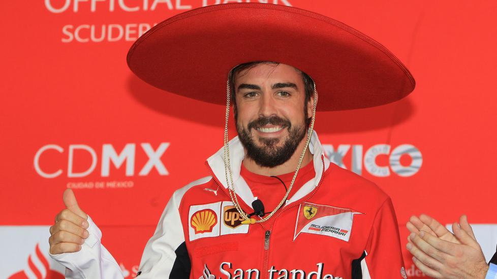 <b>HOLA!:</b> Fernando Alonso har ikke gitt opp drømmen å om starte opp et nytt, profesjonelt sykkellag. Her er han avbildet i forbindelse med en pressekonferanse i Mexico der han også besvarte sykkelrelaterte spørsmål. FOTO: EPA/Mario Guzman