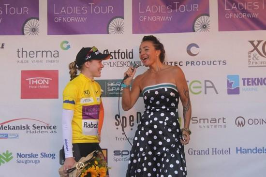 VINNEREN: Anna van der Breggen (Rabo-Liv) vant Ladies Tour of Norway 2014 sammenlagt. Her blir hun intervjuet på nederlandsk av norske Anita Valen. Foto: Anton Vos.