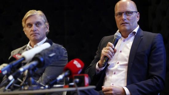 <b>SIRKUS TINKOV:</b> Danske kommentatorer har bare ventet på at det skulle skjære seg mellom Oleg Tinkov og Bjarne Riis. Nå er sistnevnte suspendert fra laget etter sportslig uenighet. - Dette tror jeg aldri har skjedd før, uttaler Bjarnes danske kollega, Brian Holm. (AP Photo/Sang Tan)