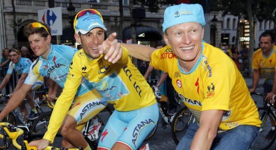 KNUST IDYLL: Vincenzo Nibali vant Tour de France i fjor. Nå ser det ut til at han og lagsjef Aleksandr Vinokurov kan se langt etter å forsvare tittelen. Foto: Jean-Paul Pelissier / Reuters / NTB scanpix