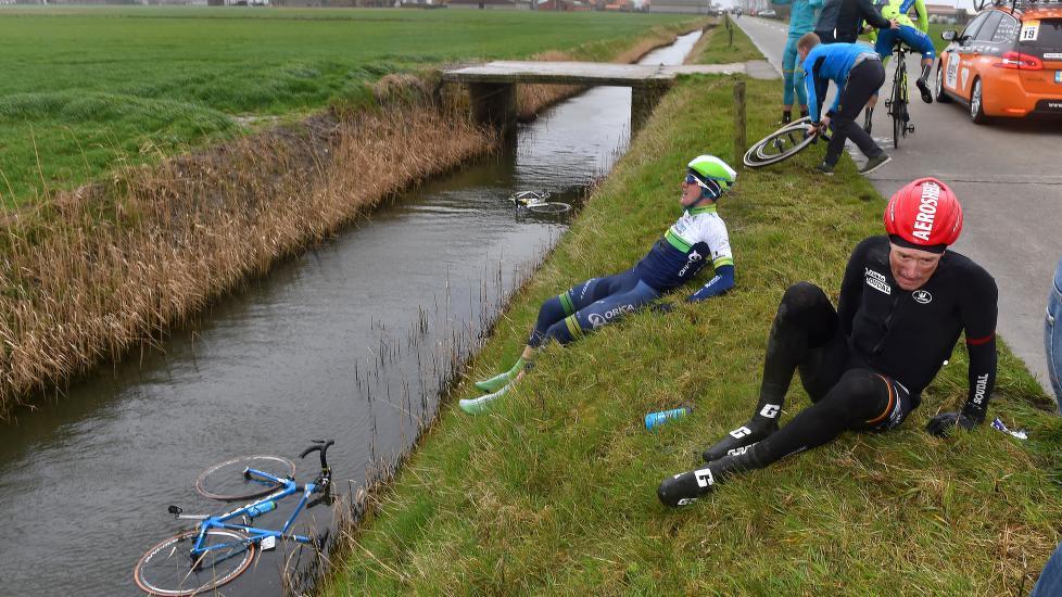 <b>KASTET AV SYKKELEN:</b> En del ryttere kjempet en håpløs kamp mot kastevindene under søndagens Gent-Wevelgem. Kun 39 av snaue 200 startene kom til mål. FOTO: Tim De Waele/TDWSPORT.COM