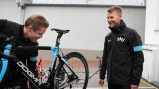 ELSKER NY ROLLE: - Skal jeg stå og instruere de gutta her, ler Gabriel Rasch når procycling.no skal ta bilde. Nordmannen elsker sin nye rolle som sportsdirektør i Team Sky, og hylles av sine underordnede: - Best boss ever. FOTO: Kjetil R. Anda / procycling.no