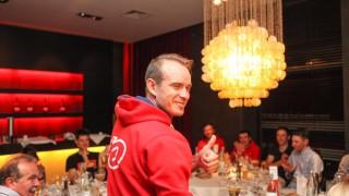 SKÅL! Alexander Kristoff var i feststemt humør men svært sliten etter kraftanstrengelsen søndag. Nordmannen feiret sammen med familie og lagkamerater på hotellet i Kortrijk. FOTO: Kjetil R. Anda / procycling.no