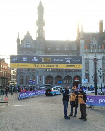 PÅ START: Slik så det ut i Brugge, søndag morgen. FOTO: Kjetil Rakkenes Anda, procycling.no