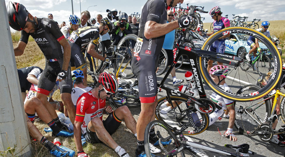 <b>FRYKTELIGE SCENER:</b> Flere ryttere deiset i bakken med hastigheter opp mot 80 kilometer i timen. Syklistene falt som dominobrikker i det som så ekstremt dramatisk ut. Det gjorde at arrangøren nøytraliserte deler av etappen. Foto: Benoit Tessier (Scanpix/Reuters)