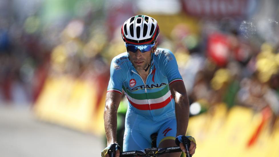SVART DAG: Første fjelletappen i Tour de France kastet Vincenzo Nibali ut av kampen om gul trøye. Tittelforsvareren mangler motivasjon mener Astana-sjef Vinokourov. FOTO: EPA/KIM LUDBROOK