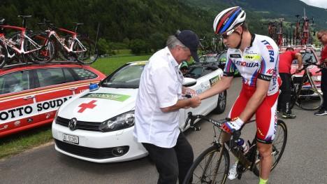 <b>TØFFE TAK:</b> Fredagens og lørdagens etapper er korte og bratte, og det er dårlig nytt for Alexander Kristoff. Her får han medisinsk tilsyn etter en velt under Tour de Suisse i forkant av touren. FOTO: Tim De Waele/TDWSPORT.COM