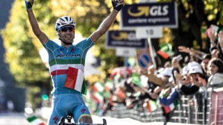 SOLOSEIER: Vincenzo Nibali tok en populær hjemmeseier i Giro di Lombardia søndag. Den italienske Astana-rytteren angrep på nest siste bakke og kom alene til mål i Como.  EPA/ANGELO CARCONI