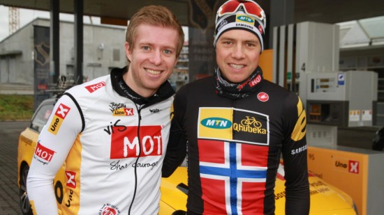 <b>BLIR MED VIDERE:</b> Tour of Norway har fått forlenget sponsoravtalen med Uno-X fram til 2020. Edvald Boasson Hagen regner med han stiller også neste år. Til venstre står sykkelsjef Jens Haugland i Uno-X Gruppen. FOTO: Jarle Fredagsvik, procycling.no