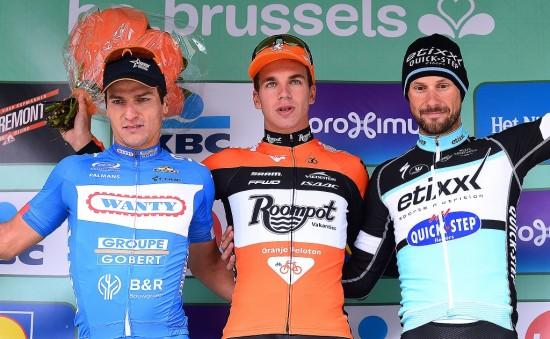 ARM I ARM MED BOONEN: Dylan Groenewegen på pallen sammen med Roy Jans og Tom Boonen etter seier i Brussel Classic. Foto: Tim de Waele (©TDWSport.com)