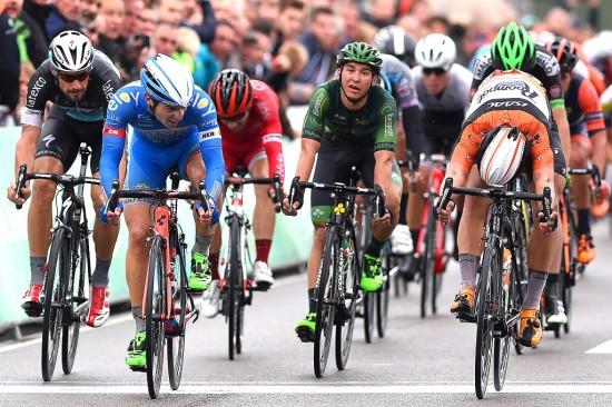 RASK I SPURTEN: Dylan Groenewegen fikk akkurat slengt sykkelen foran Roy Jans i Brussel Classic. Foto: Tim de Waele (©TDWSport.com)