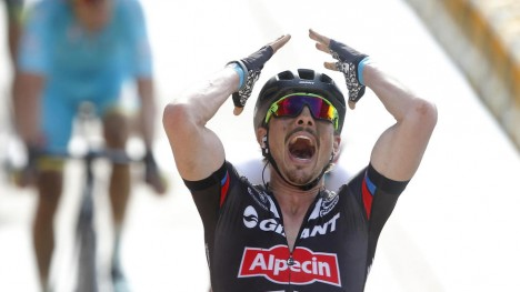 KLASSIKERNE I FARE: Det er lite som tyder på at John Degenkolb blir å se i Milano-Sanremo eller Paris-Roubaix etter at han brakk underarmen og nesten mistet en finger under trening i Spania nylig.  (AP Photo/Michel Spingler.file)