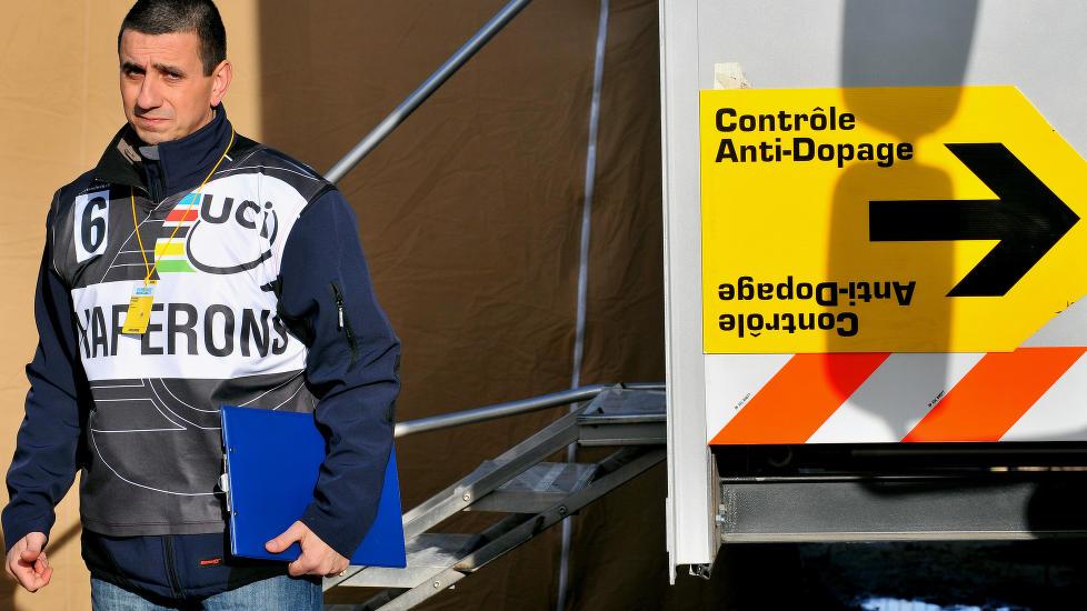 <b>DAG SOM NATT:</b> En endring i fransk lov, gjør at idrettsutøvere nå kan vekkes midt på natta for å avgi dopingprøver. Dette bildet er hentet fra etapperittet Paris-Nice. FOTO: Tim De Waele/TDWSPORT.COM