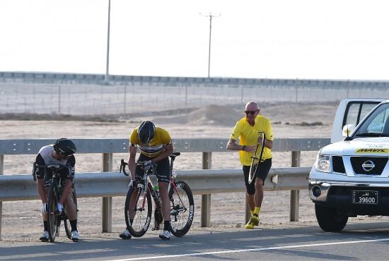 HER RYKER SAMMENLAGTSEIEREN: Mark Renshaw ofrer hjulet sitt til Edvald, mens sekundene renner ut vinduet. FOTO: Tim De Waele/TDWSPORT.COM