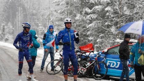 KALDT: Odd Christian Eiking (til venstre) hadde en kald dag på sykkelen under den tredje etappen av Paris-Nice. Foto: AFP / KENZO TRIBOUILLARD