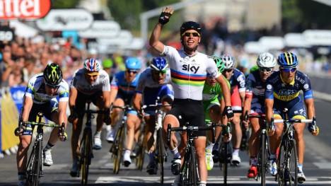 FOR VIKTIG: I regnbuetrøya var Mark Cavendish for viktig og godt betalt til å få sykle Paris-Roubaix. Foto: Tim de Waele (©TDWSport.com)
