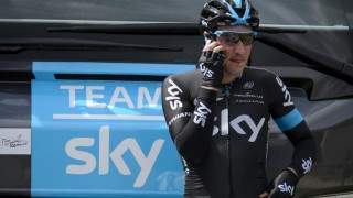 SAMMENSTØT: Elia Viviani fikk et ublidt sammenstøt med en motorsykkel under Paris-Roubaix. Foto: AFP PHOTO / FABRICE COFFRINI