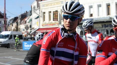 KJØRTE INN I MOTORSYKKEL: 17-åringen Iver Johan Knotten slapp unna med to forstuede fingre, etter å ha stupt over sykkelen etter motorsykkelvelt i juniorutgaven av Paris-Roubaix. Likevel mener han sykkelritt er umulig å gjennomføre uten hjelp fra MC-førere. FOTO: Per Erik Mæhlum, Norges Cykleforbund