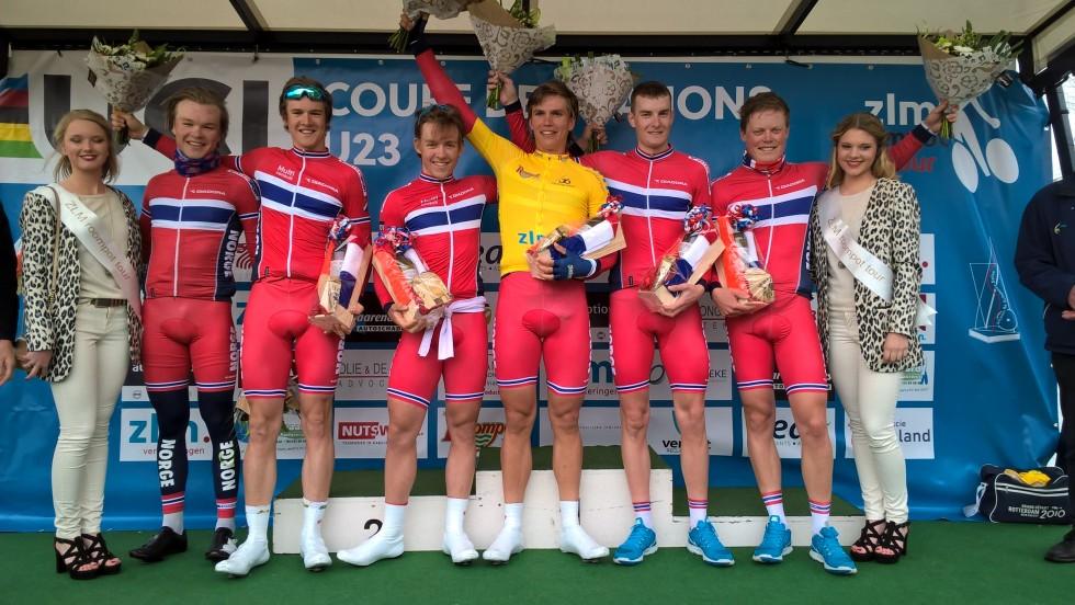 Amund Grøndahl Jansen i ledertrøya etter Norges seier på den innledende lagtempoen. Foto: Norges Cykleforbund