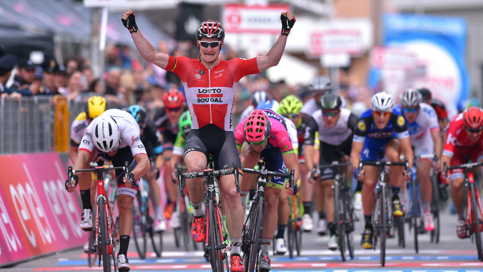 LOTTO IGJEN: André Greipel jubler for sin andre etappeseier i Giro d'Italia, Lotto Soudals tredje på rad. (Foto Tim de Waele)