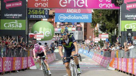 FULGTE SOM EN SKYGGE: Alejandro Valverde vant en etappe for første gang i Giro d'Italia, men Steven Kruijswijk (rosa trøye) fulgte ham tett og har fortsatt et klart forsprang i sammendraget. Foto: Claudio Peri / Epa / NTB scanpix