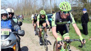 MEID NED AV MOTORSYKKEL: Kristoffer Skjerping var involvert i den stygge ulykken i Belgia rundt lørdag, hvor to motorsykler krasjet inn i feltet. Foto: Slipstream Sports