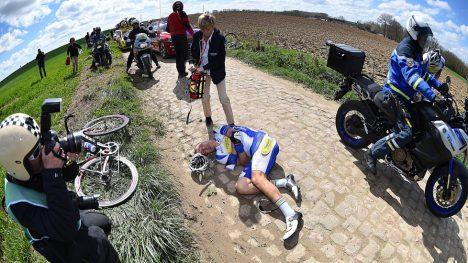 TAR GREP: UCI har en ny handlingplan for å redusere farene rytterne måter i feltet. Her har Jonas Rikaert veltet i årets Paris-Roubaix. Foto: Tim de Waele (©TDWSport.com)