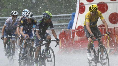HAGL: Fra strålende sol til forferdelig regn. Den niende etappen i Tour de France hadde det meste. Foto: Juan Medina (Scanpix/Reuters)