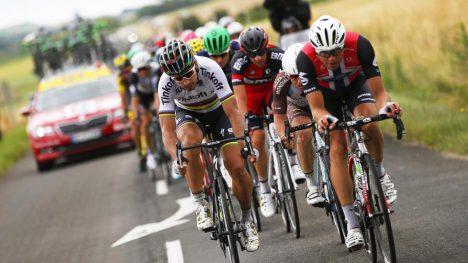 KJEMPET OM SEIER: Boasson Hagan viste meget sterk kjøring på 10. etappe av Tour de France. Her avbildet med verdensmester Peter Sagan.  EPA/YOAN VALAT