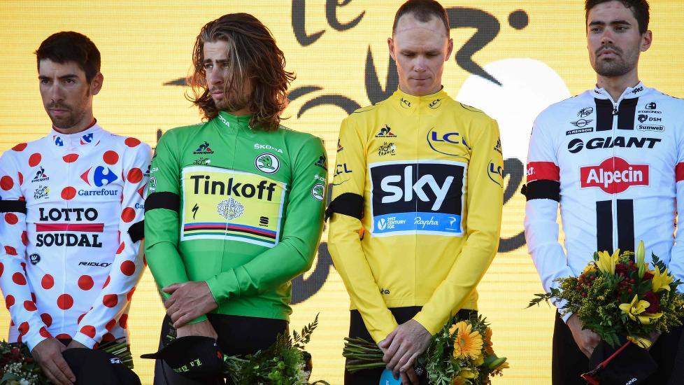 HEDRET TERROROFRENE: Tour de France-podiet hadde et stille øyeblikk for alle de rammet av terrorangrepene i Nice. AFP PHOTO / JEAN-PHILIPPE KSIAZEK